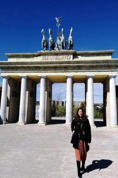 En la Puerta de Brandenburgo destaca la Cuadriga con la diosa de la Victoria montada en un carro tirado por cuatro caballos.