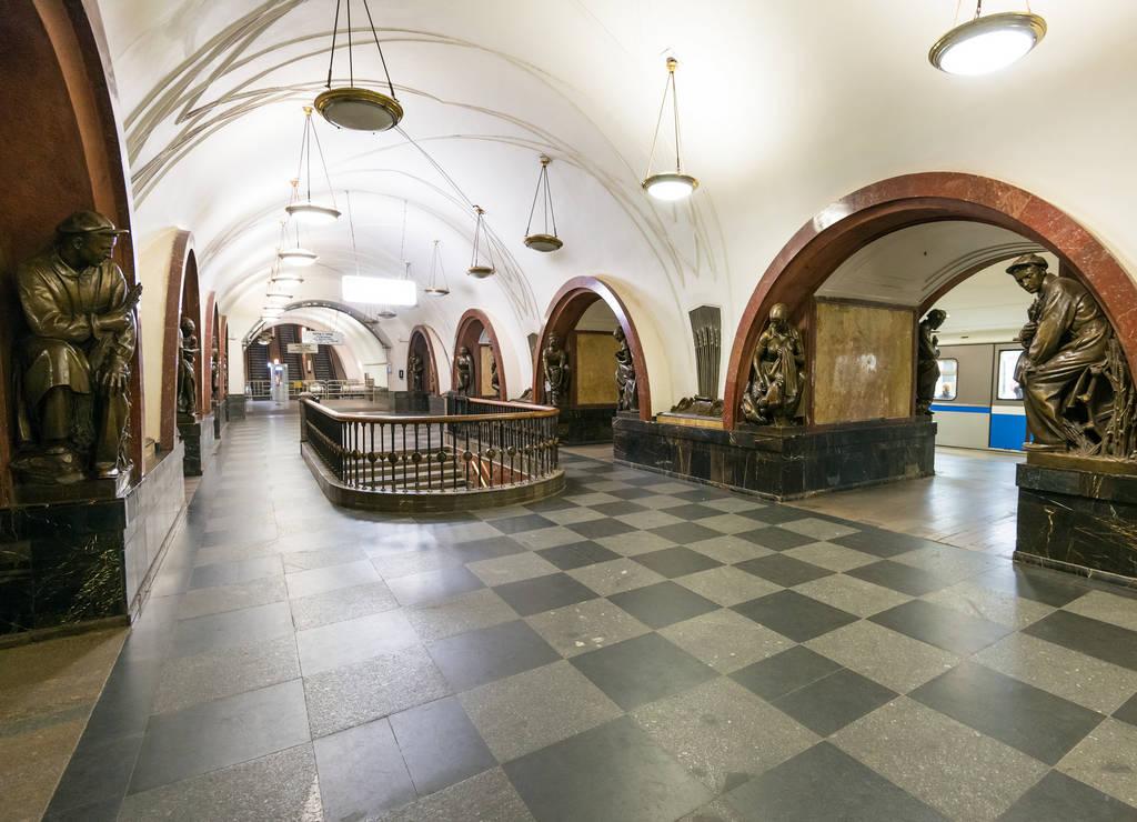 En plena Plaza de la Revolución se encuentra la preciosa estación de Plóshchad Revolyutsii.