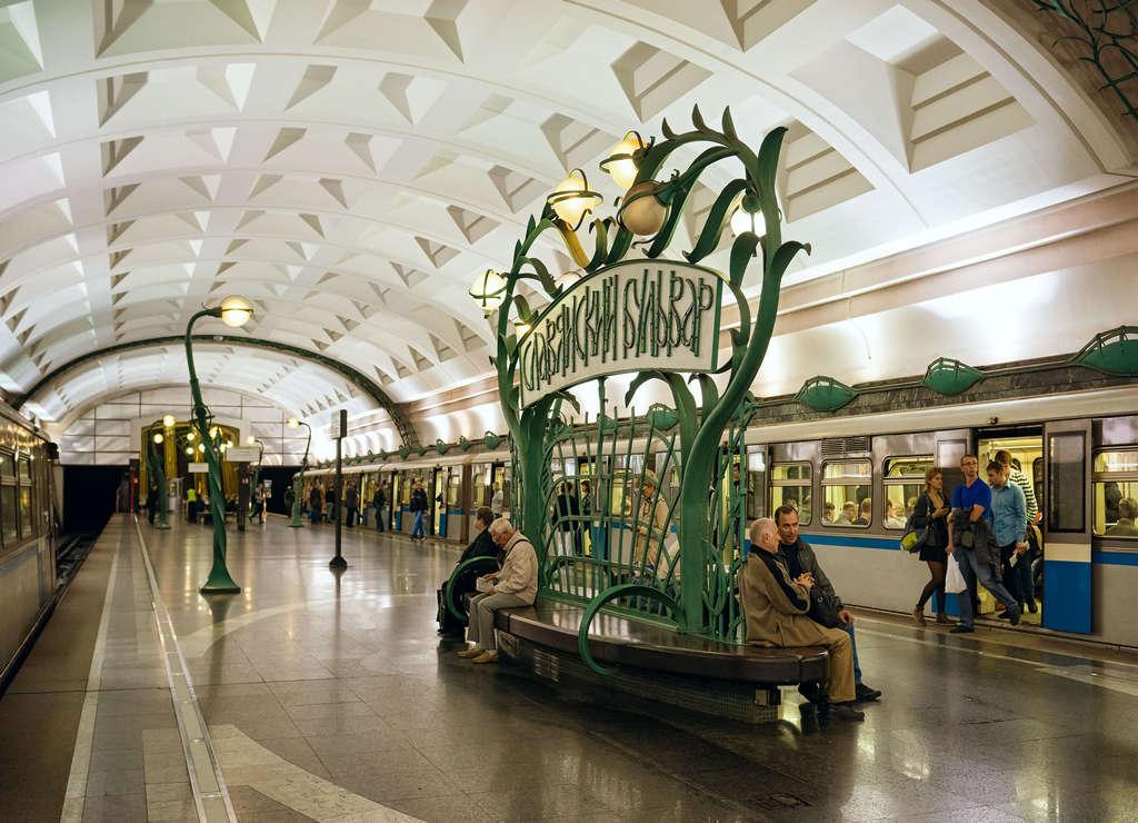 Slavyansky Bulvar es una de las mejores estaciones de metro de Moscú por sus paredes de mármol verde.