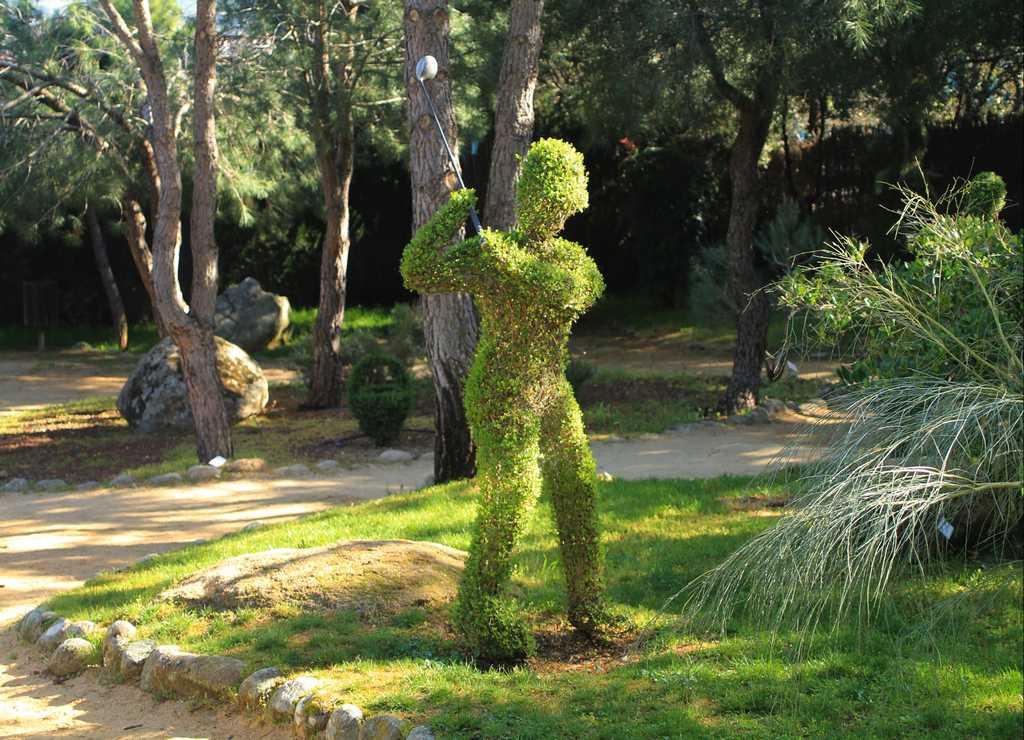 También hay esculturas relacionadas con el deporte, como este hombre jugando al golf.