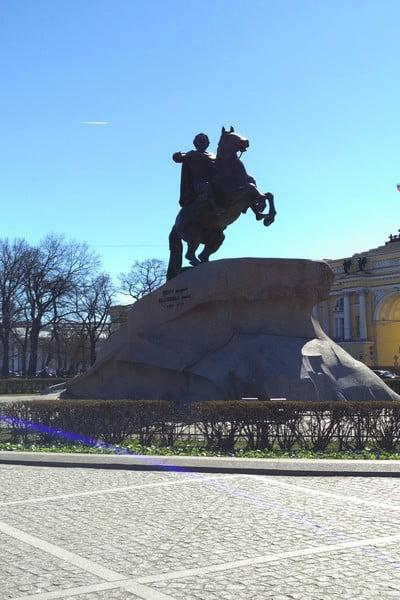 En la Plaza del Senado hay una escultura dedicada al zar Pedro el Grande.