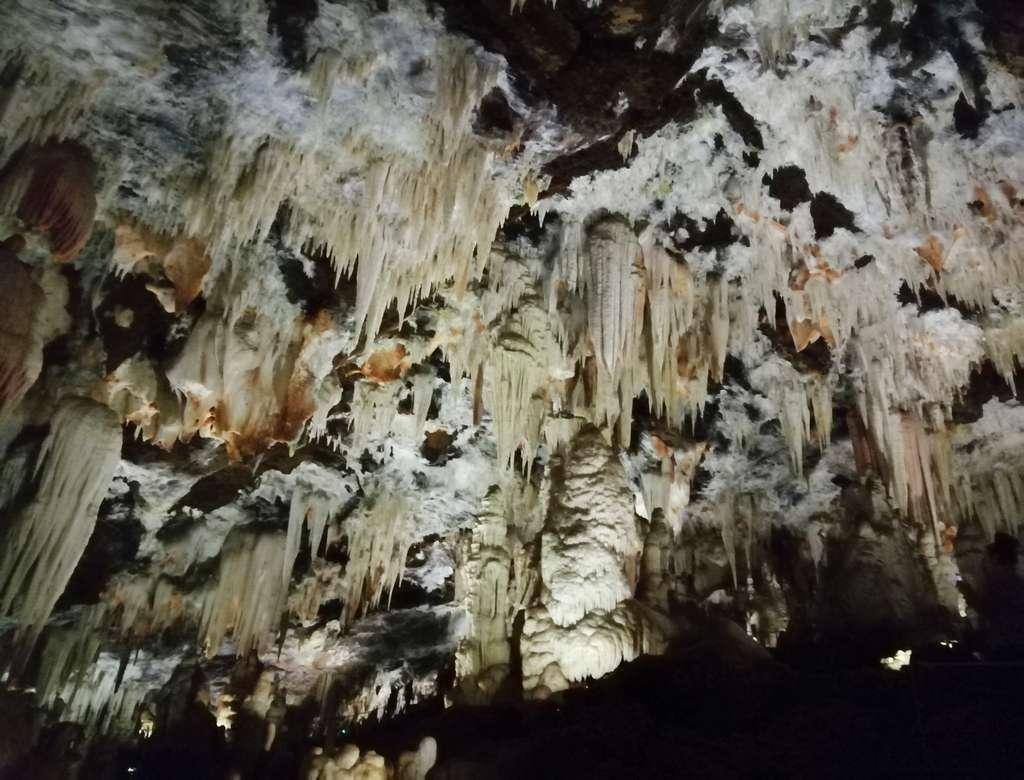 Al entrar seguro que te quedas sorprendido de la extensión de estas cuevas kársticas.
