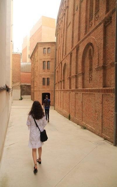 El edificio del frontón es de estilo neomudéjar, a diferencia de su fachada neoclásica.