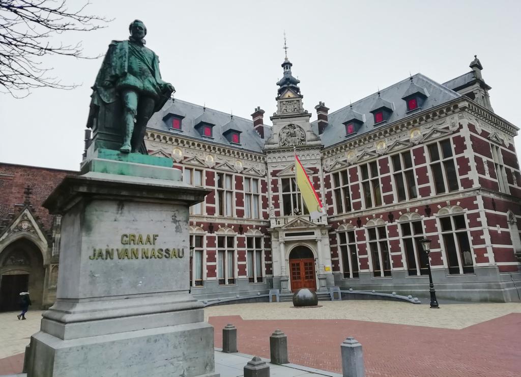 La fachada del Academiegebouw no pasa desapercibida entre los edificios de la Universidad de Utrecht.
