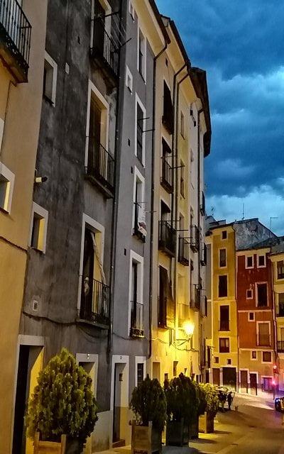 La calle Alfonso VIII destaca por las fachadas coloridas de sus casas.