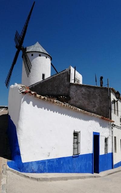 Antiguamente los bueyes manchaban las paredes blancas de Campo de Criptana al limpiarse, por eso las pintaron de color azul añil.