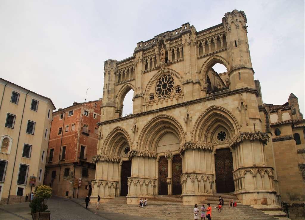 Me pareció súper curiosa la forma plana de la fachada de la Catedral de Cuenca.