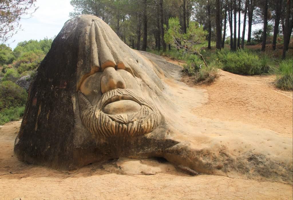 Esta escultura, que podría ser un gigante meditando o un gnomo, se llama Chemary.