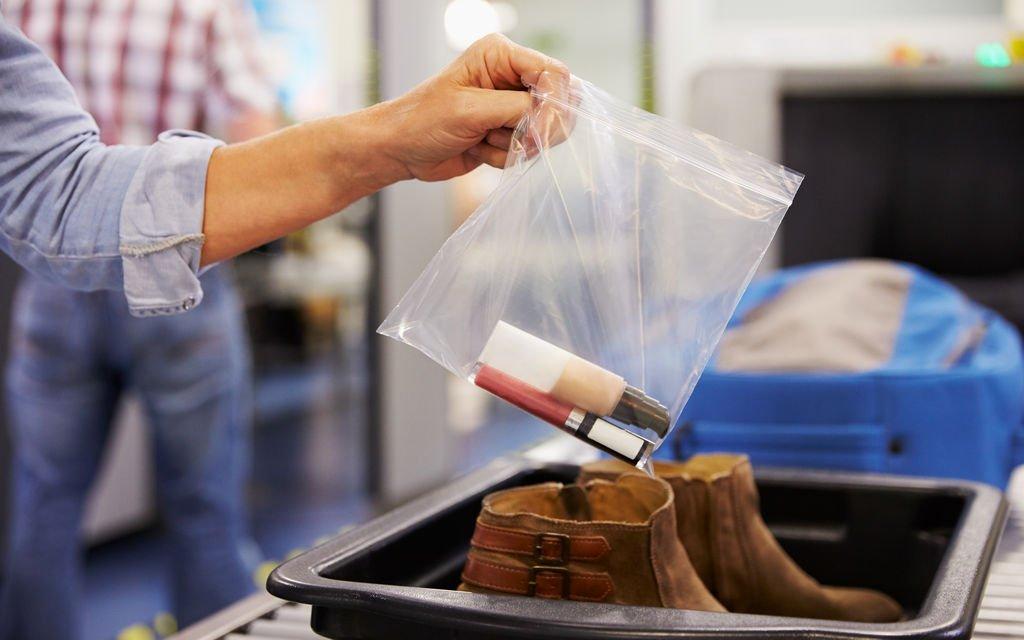 Recuerda que los envases que contengan líquidos no deben superar los 100 mililitros.