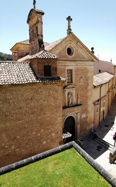 El Convento de las Carmelitas se encuentra en la zona alta de la ciudad, en el Barrio del Castillo.