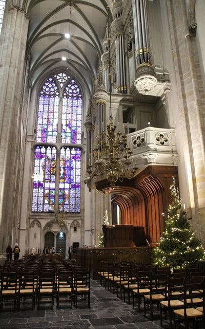 Interior de la Catedral de San Martín con sus preciosas vidrieras.
