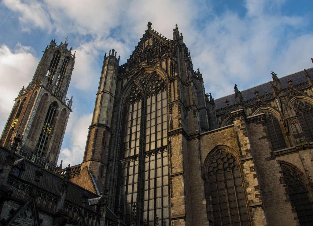 Uno de los edificios más llamativos que ver en Utrecht es la Catedral de San Martín o Domkerk.