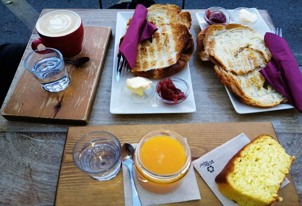 Uno de los mejores sitios donde desayunar en Cuenca es la cafetería Moka.