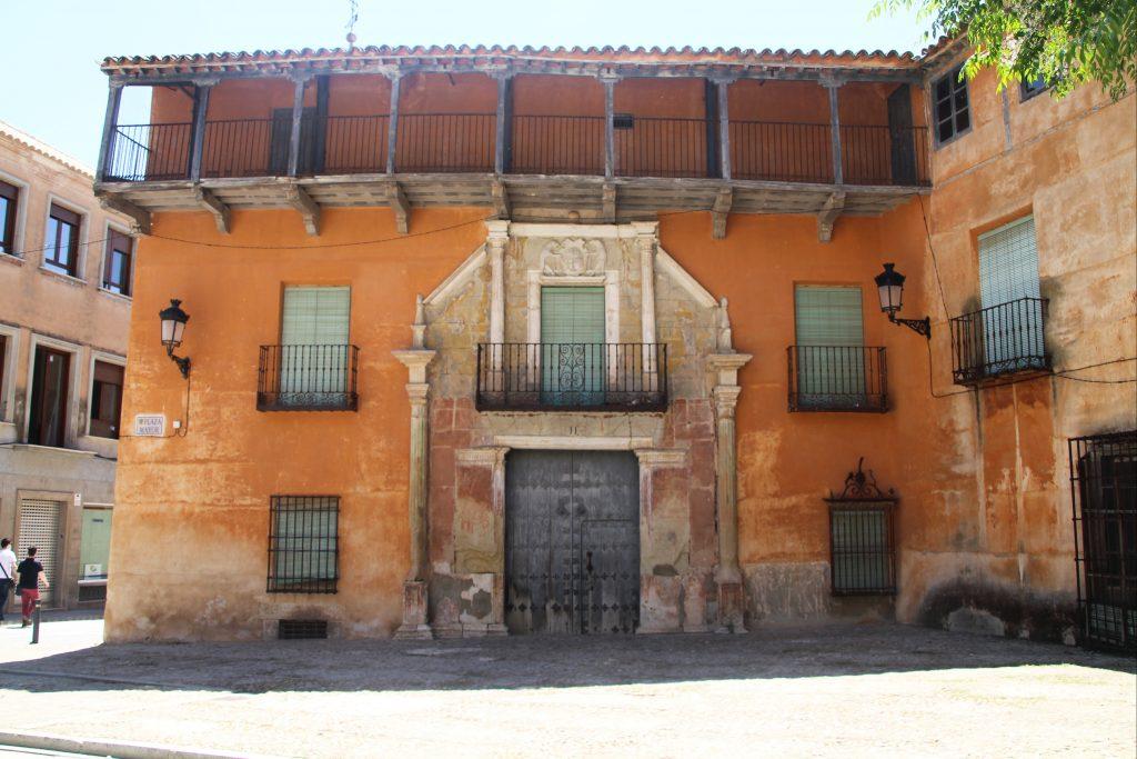 Edificio histórico en la Plaza Mayor de Campo de Criptana.