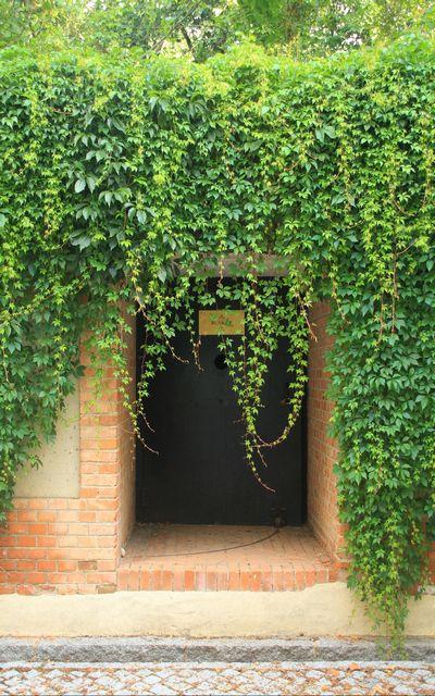 Esta es la entrada al búnker de El Capricho por la que comenzarás tu visita.