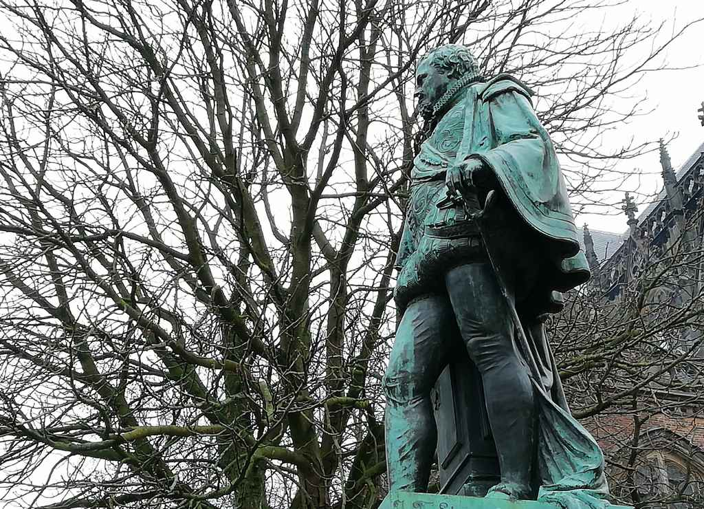Estatua del conde Jan Van Nassau frente a la universidad.