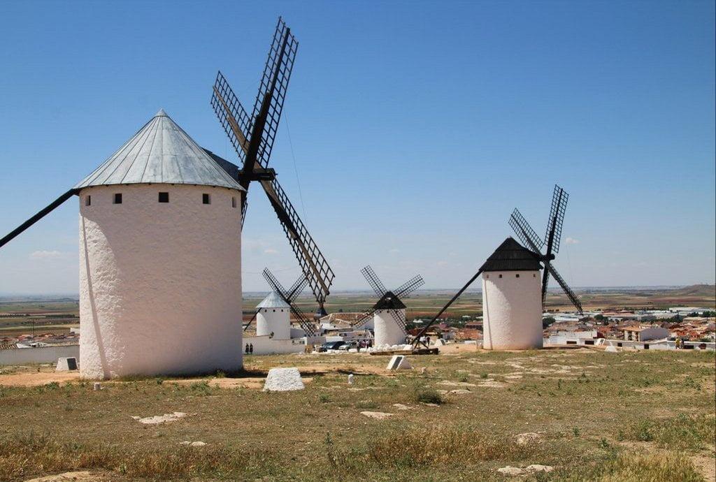 Todo apunta a que Cervantes se inspiró en los 30 o 40 molinos de Campo de Criptana con los que Don Quijote se topó.