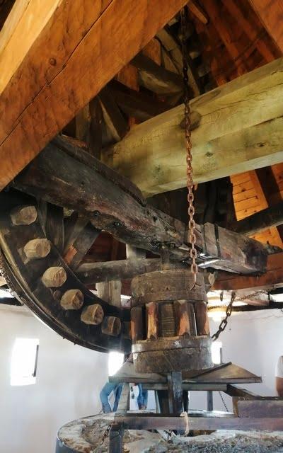 Esta es la maquinaria del Molino Infante con la famosa rueda catalina.