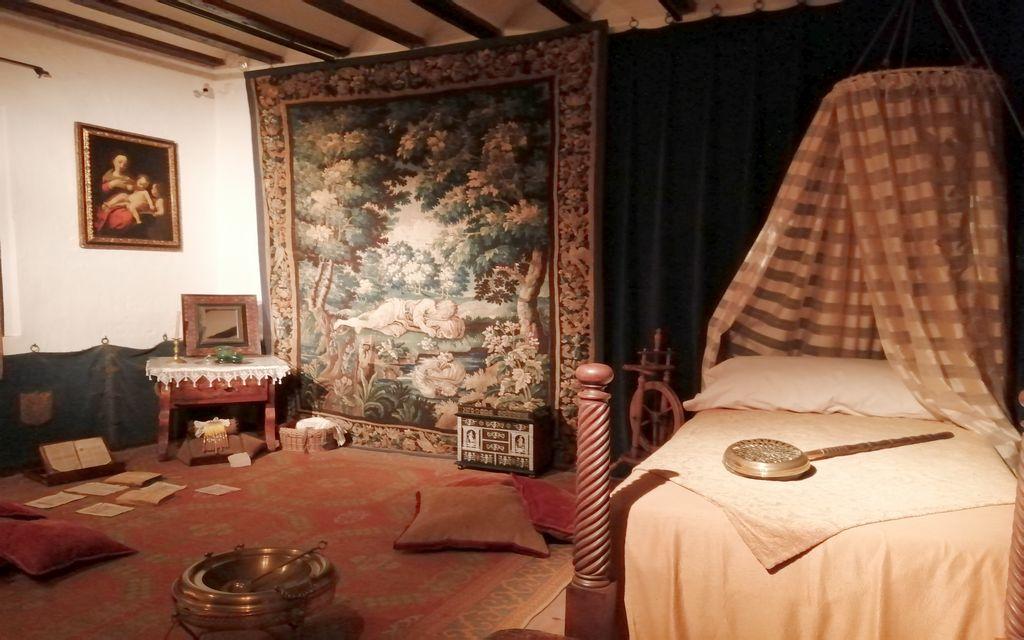 Esta es la alcoba de Doña Ana y el estrado donde se sentaban las mujeres a leer, coser o tocar instrumentos.