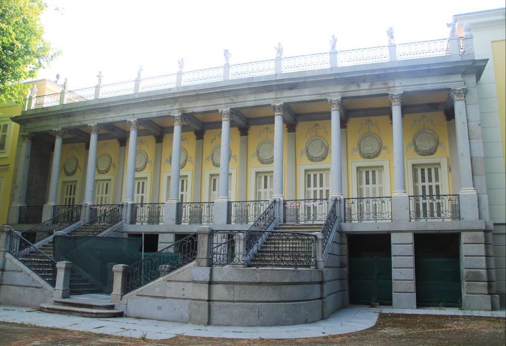 Fachada del palacio de los Duques de Osuna, muy próxima a la entrada al búnker de El Capricho.