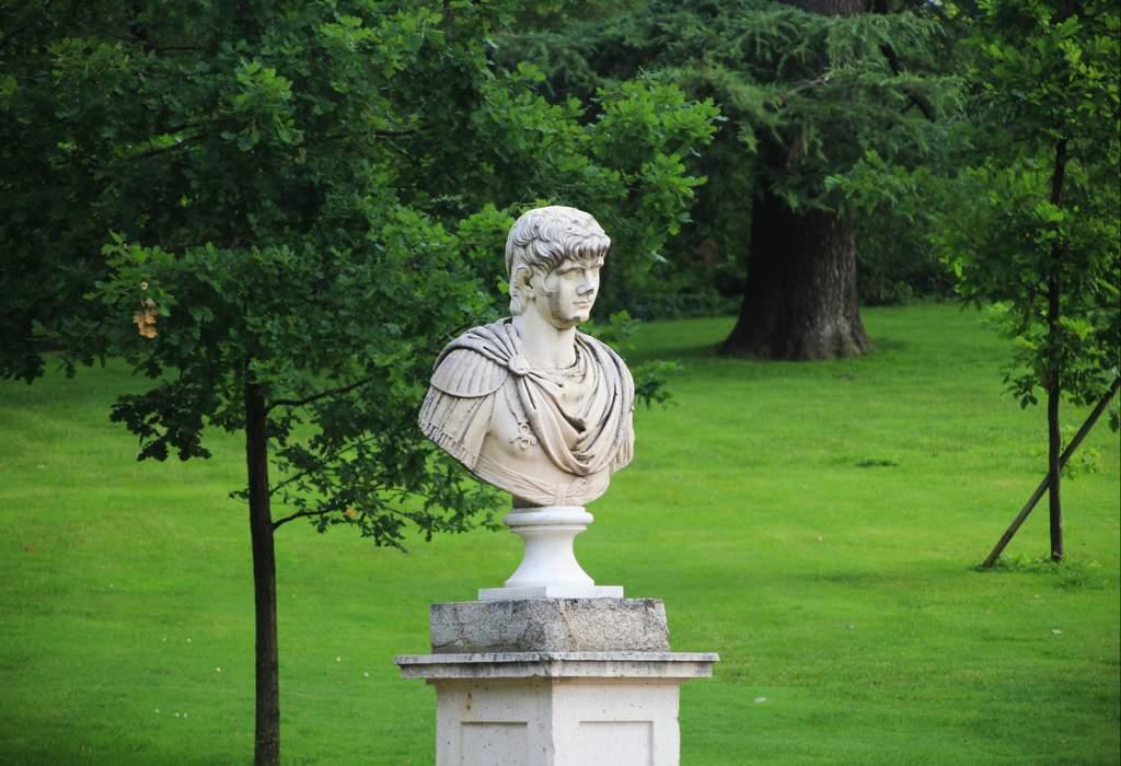 Escultura en el parque de El Capricho de Madrid.