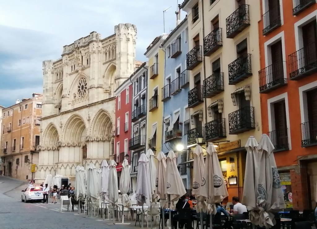 Uno de los sitios con más ambiente que ver en Cuenca es su Plaza Mayor.