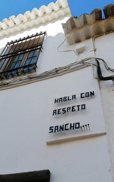 """""""Habla con respeto, Sancho"""" es una de las frases que verás en las fachadas del pueblo."""