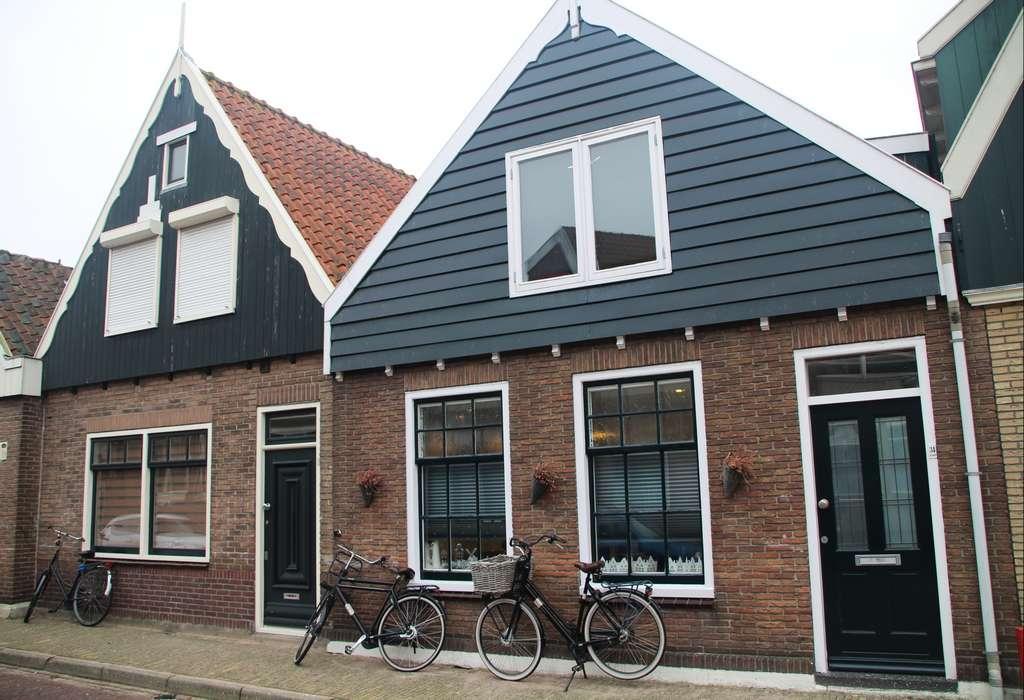 Las casas típicas de Volendam con el medio de transporte por excelencia en los Países Bajos: la bicicleta.