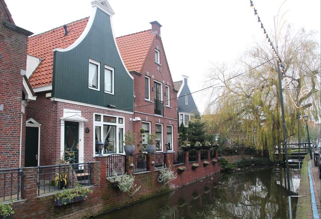No te vayas de Volendam sin perderte por sus callejuelas ni sin probar su fish and chips.