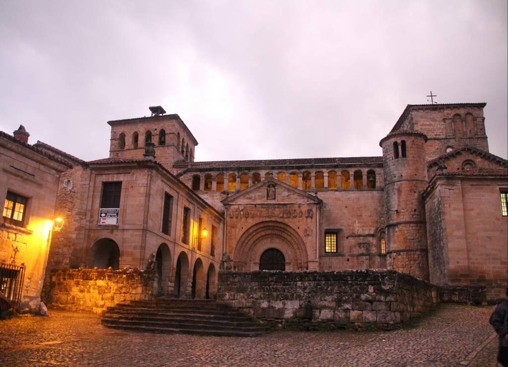 Santillana del Mar, la villa de las tres mentiras, iluminada por la noche.