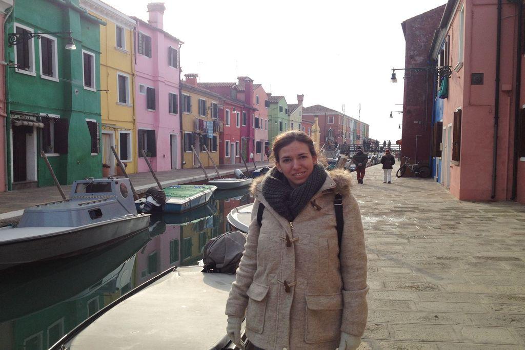 En Burano disfruté mucho paseando entre casas de colores y canales.