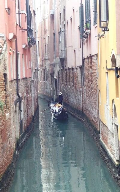 La imagen más típica que ver en Venecia son las góndolas en los canales.