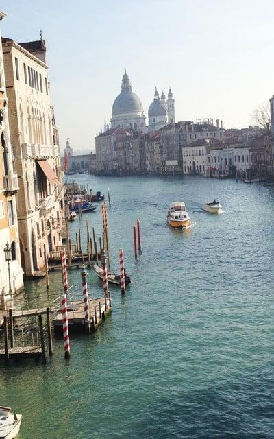 A ambos lados del Gran Canal verás palacios muy lujosos.