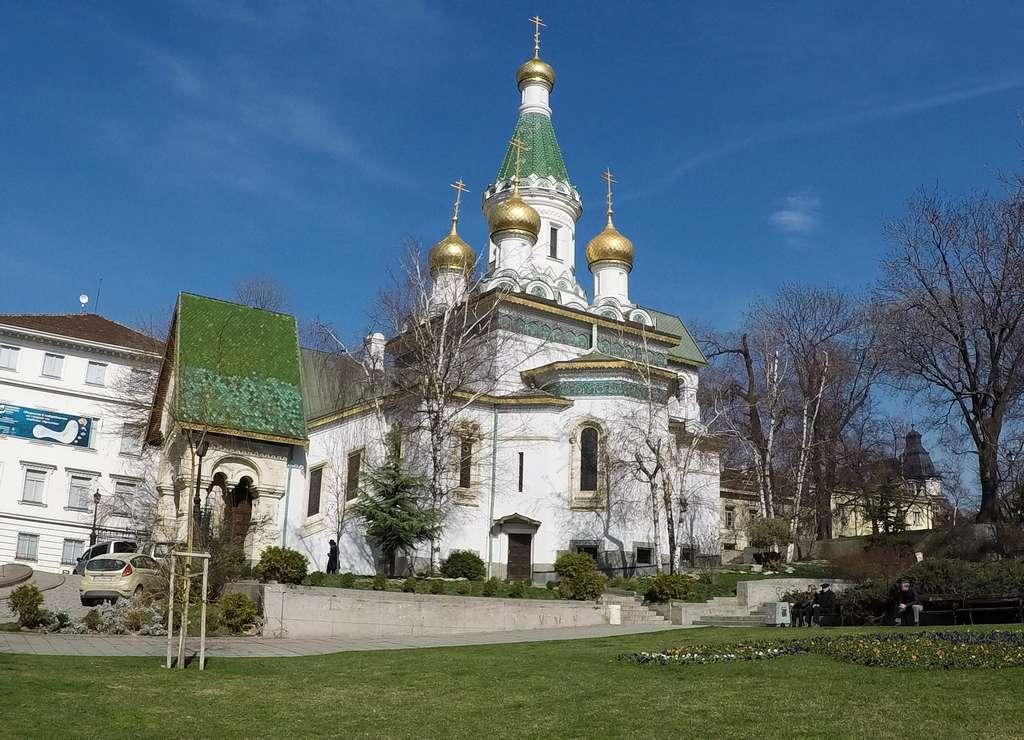 La Iglesia rusa de San Nicolás destaca por sus cúpulas de cebolla de color dorado.