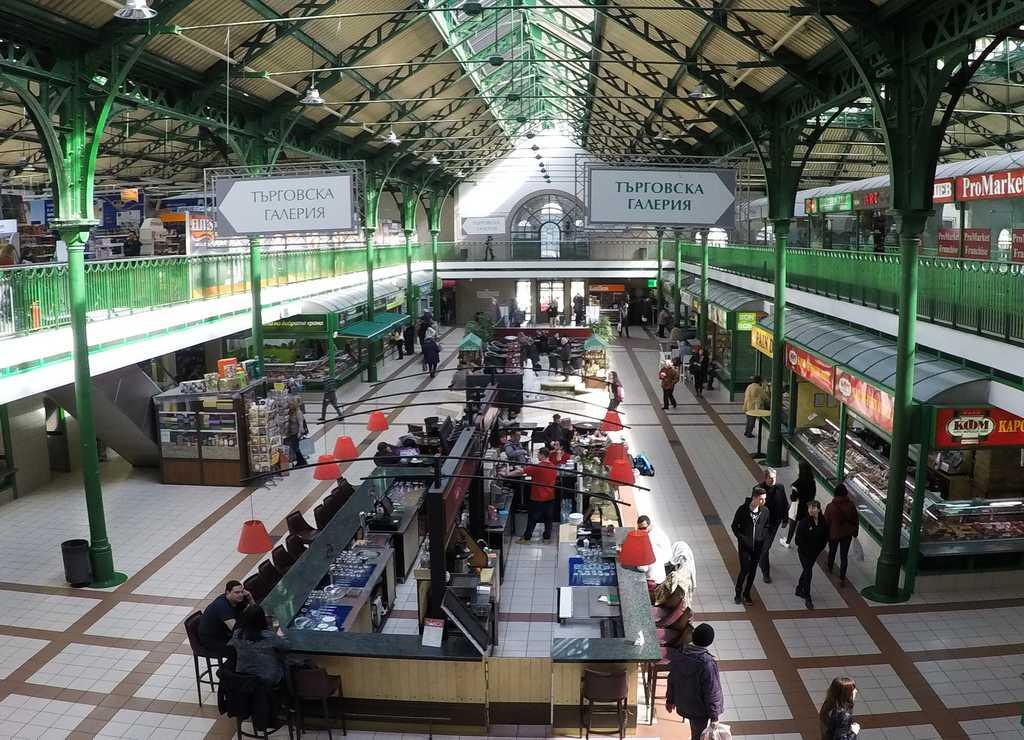 En el Mercado Central de Sofía puedes ver infinidad de puestos de comida local.