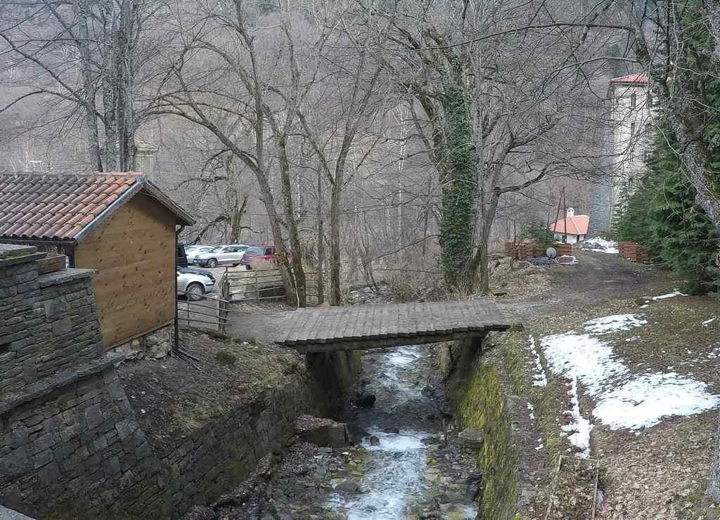 El conjunto monástico se encuentra en las montañas de Rila, en plena naturaleza.
