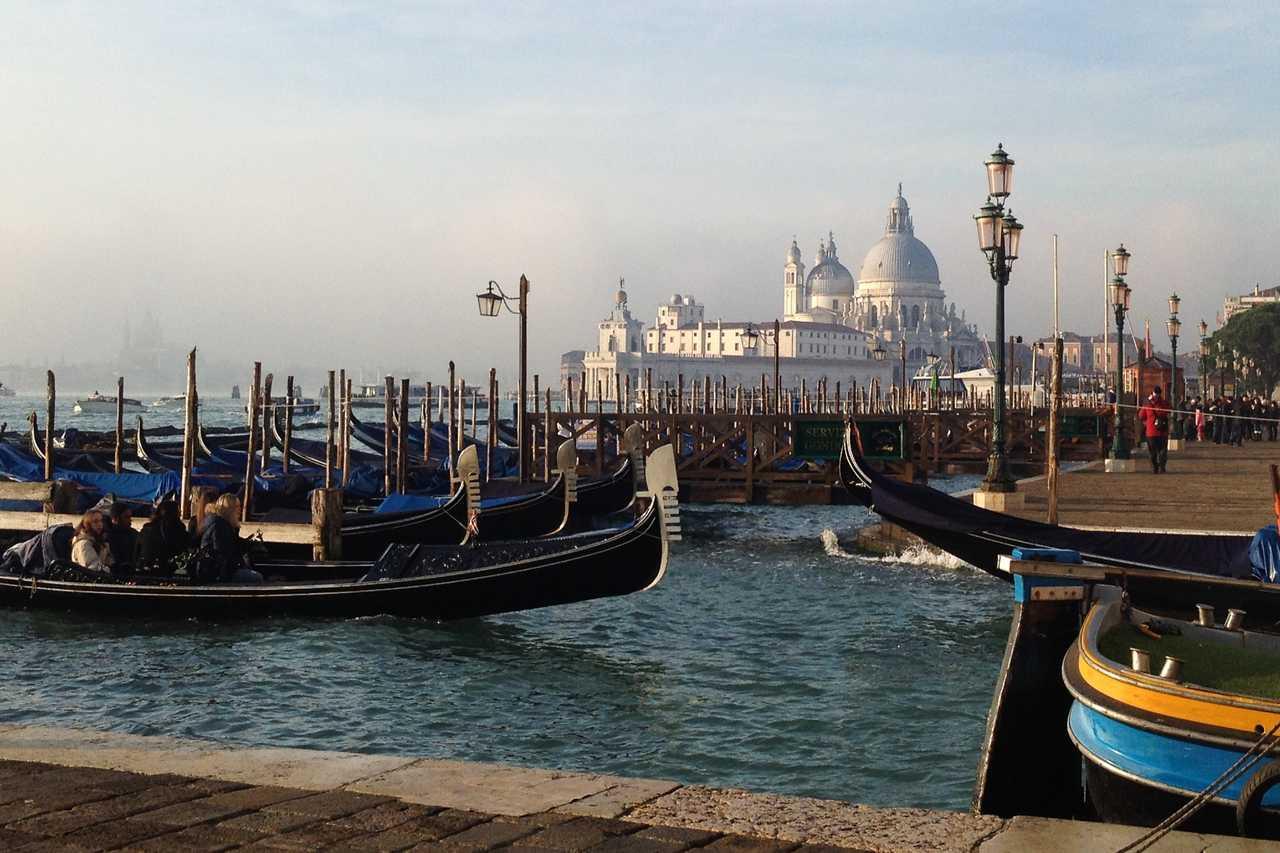 Góndolas venecianas con la Basílica de Santa Maria della Salute de fondo.