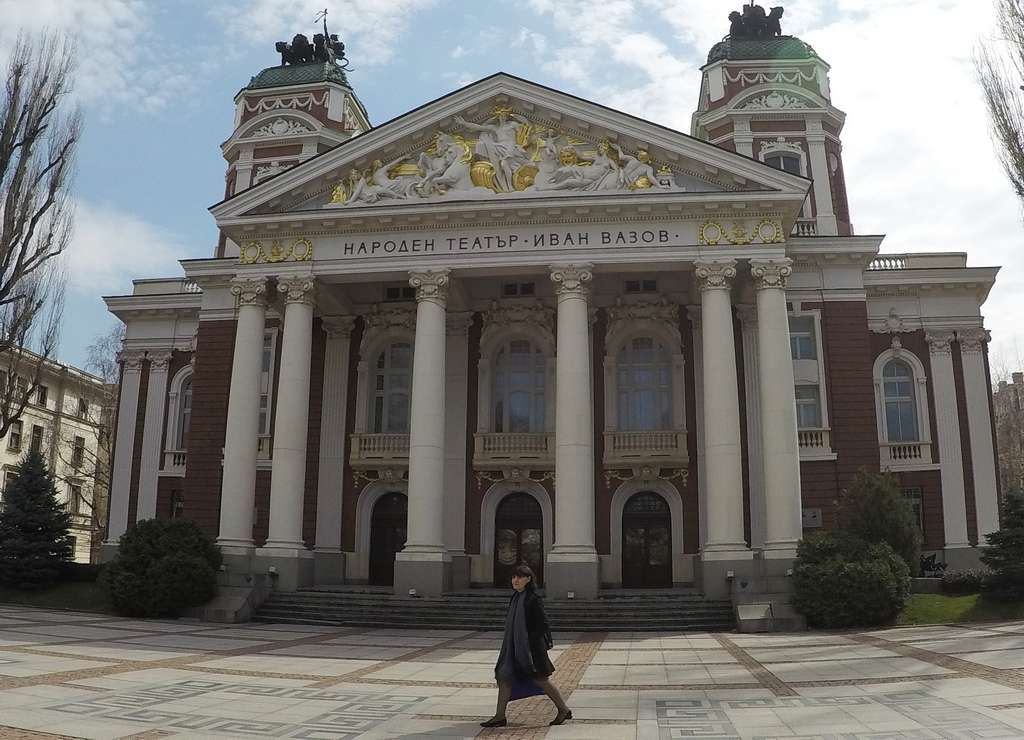 El relieve de Apolo rodeado de musas en la fachada del Teatro Nacional Iván Vazov es soberbio.