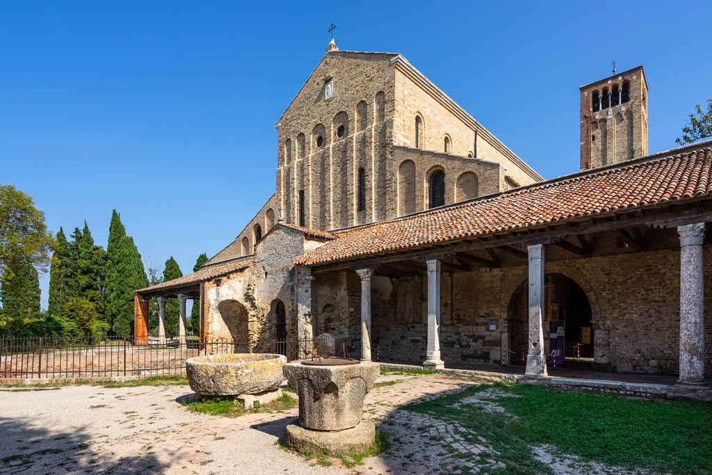 Torcello es uno de los sitios más auténticos que ver cerca de Venecia por su aire decadente.