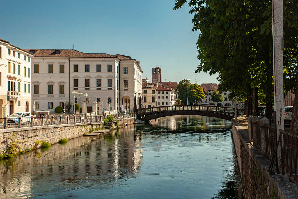 Treviso está a solo 30 minutos de Venecia y está repleta de canales.