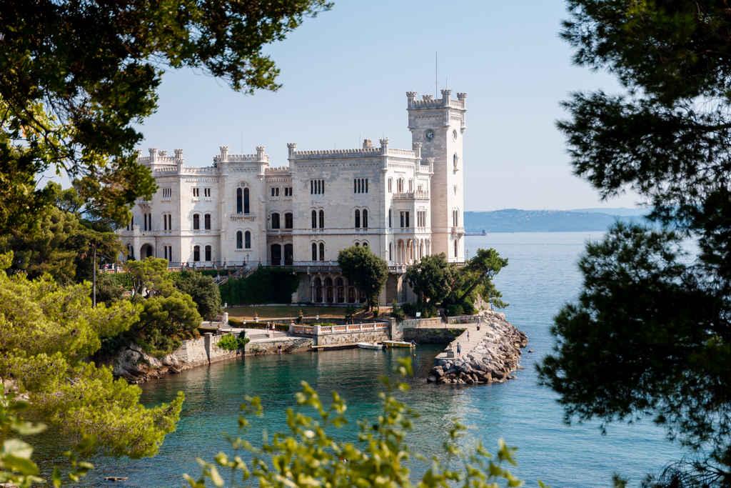 El Castello di Miramare es uno de los edificios más llamativos de Trieste.